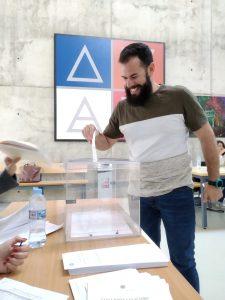 Estudiante de la UAL votando.