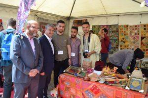 Rector y vicerrector visitando el stand de Marruecos.