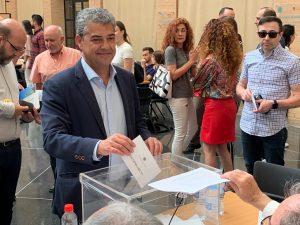 Carmelo Rodríguez, único candidato a las elecciones a rector de la UAL, votando.