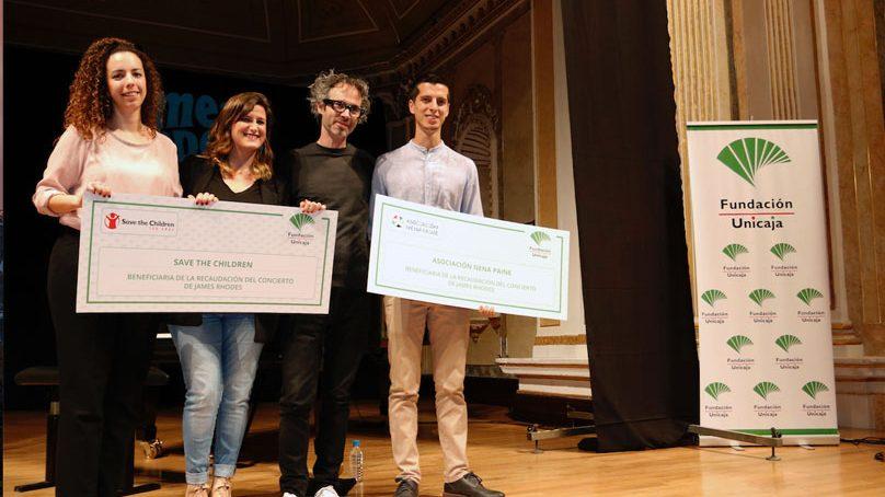La Fundación Unicaja entrega sus cheques solidarios en el concierto de James Rhodes