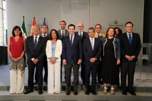 Carmelo Rodríguez hatomado posesión de su cargo como rector de la Universidad de Almería ante el presidente de la Junta de Andalucía, Juan Manuel Moreno, en el Palacio de San Telmo.