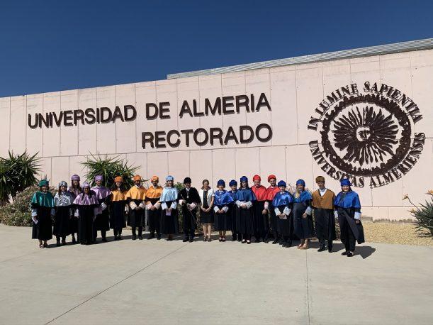 Foto de familia del rector con los nuevos doctores de la UAL.