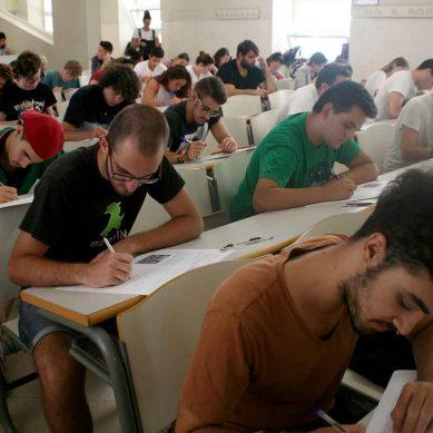 El Parlamento de Andalucía solicita adelantar la selectividad de septiembre a julio