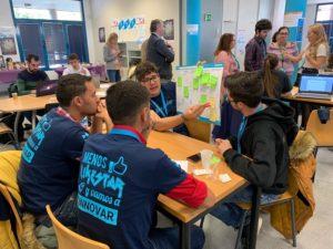 Estudiantes durante la creación de su proyecto.