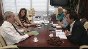 El consejero de Economía, Conocimiento, Empresas y Universidad, Rogelio Velasco, y el rector de la Universidad de Cádiz, Francisco Piniella, han acordado que esta última reformule el proyecto básico para la adecuación del edificio Valcárcel