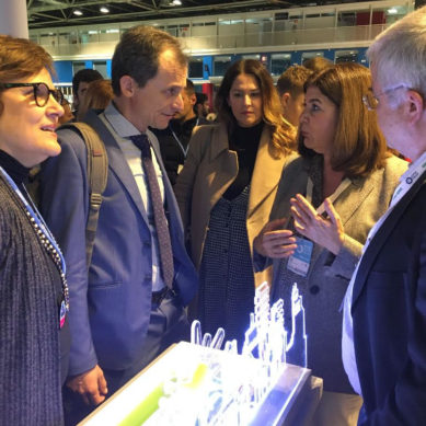 Pedro Duque visita el stand de la Universidad de Cádiz en la COP25