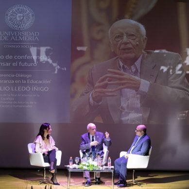 Emilio Lledó conquista la UAL con su conferencia sobre la Educación