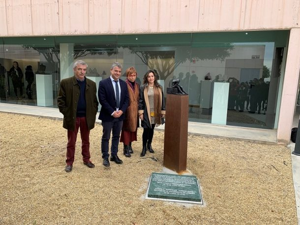 La escultura de Javier Huecas custodia la cápsula del tiempo.