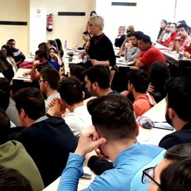 Un centenar de estudiantes de la UJA aprenden cómo comunicar una idea de negocio