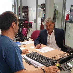 Carmelo Rodríguez presentando su candidatura en el registro.