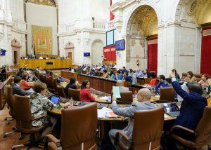 El Parlamento de Andalucía ha aprobado este jueves, en sesión de control al Gobierno, la solicitud de adelantar la selectividad de septiembre a julio