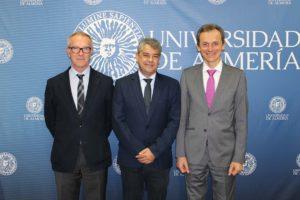 El rector agradeció la visita de los dos ministros.