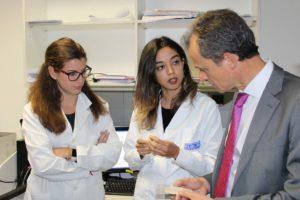 El ministro Pedro Duque charlando con dos investigadoras de la UAL.