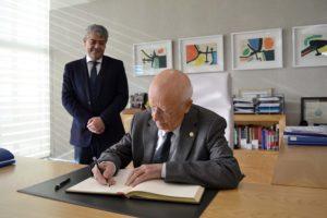 Firma en el libro de honor de la UAL junto al rector