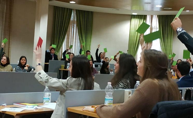 Durante tres días un centenar de jóvenes de secundaria han llevado a cabo la Simulación del Parlamento Escolar (SIPE), un evento donde aprender cómo funciona la política y ser diputado.