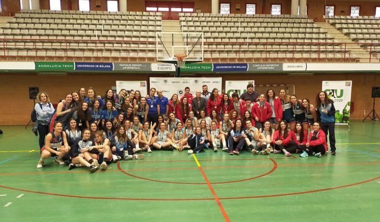 Foto de familia con todas las medallistas del CAU2020 Baloncesto Femenino