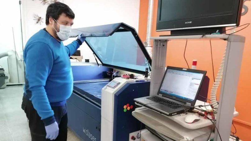 La Universidad de Sevilla fabrica protectores faciales para combatir el COVID-19