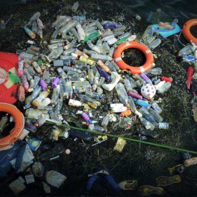 Persiguiendo residuos flotantes a través de los océanos