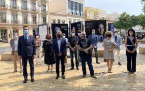 Rector, alcalde e investigadores posan junto a la exposición