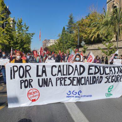 Los estudiantes de la Universidad de Granada se manifiesta ante la suspensión de la docencia presencial