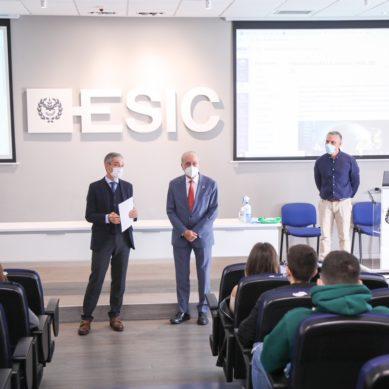 El alcalde de Málaga entrega el Premio al Mejor Expediente Académico de ESIC