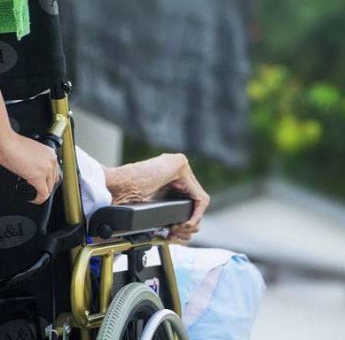 Un estudio analiza los riesgos psicosociales de los trabajadores de residencias de mayores