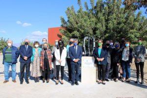 Autoridades junto a la escultura en una foto de familia