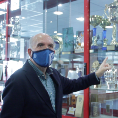 Pedro Montiel recibe la medalla de oro de la Liga Nacional de Fútbol Sala