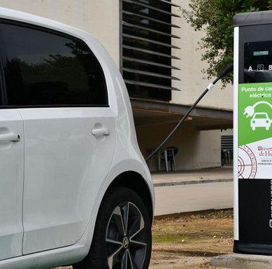 La UHU apuesta por la sostenibilidad con tres estaciones de carga para vehículos eléctricos