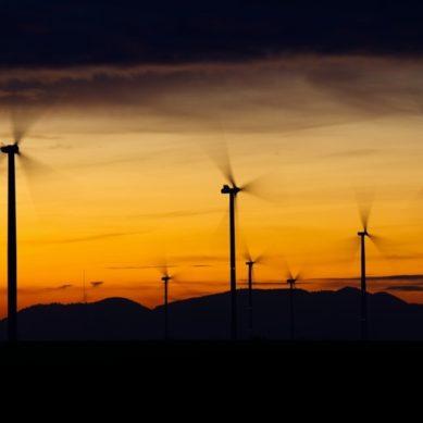 Analizan cómo distribuir las plantas solares y los parques eólicos en España para conseguir un sistema eléctrico eficiente
