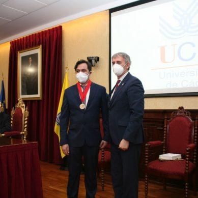 El profesor de la UCA, Manuel Rosety, es homenajeado por su contribución a la Medicina del Deporte