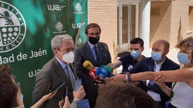 Rogelio Velasco garantiza el apoyo de la Junta a la implementación de los estudios de Medicina en Jaén