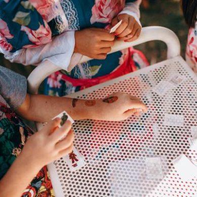 ¿Son peligrosas las calcomanías infantiles?
