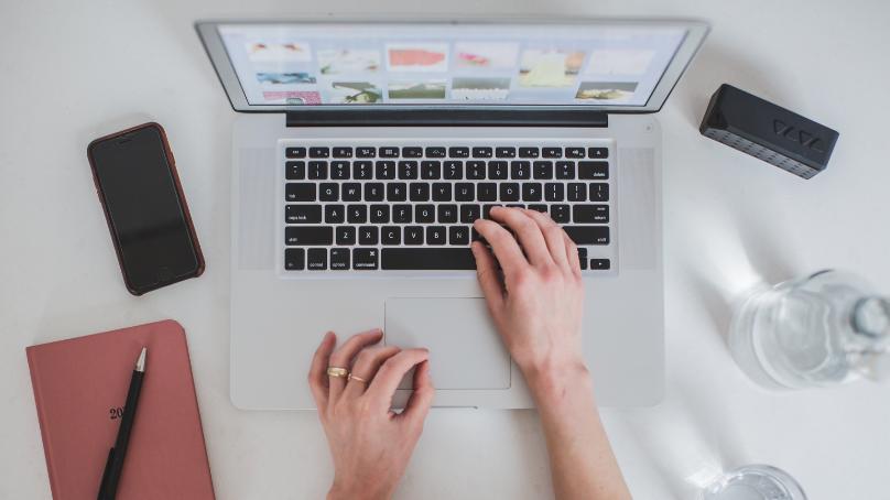 Un ordenador y 350 euros para reducir la brecha digital entre los estudiantes