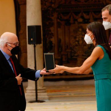 Arturo Ruiz recibe la Medalla de Oro al Mérito en Bellas Artes