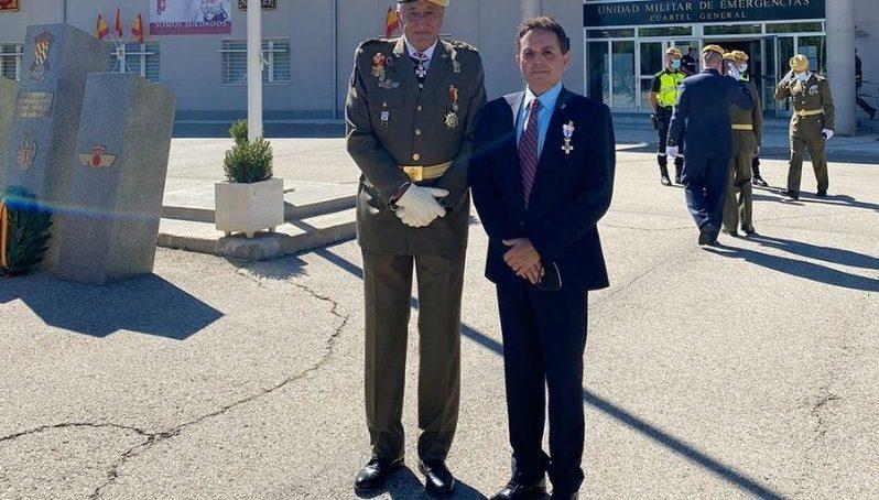 El director de la Cátedra de Seguridad y Emergencias recibe la Cruz del Mérito Militar de la UME